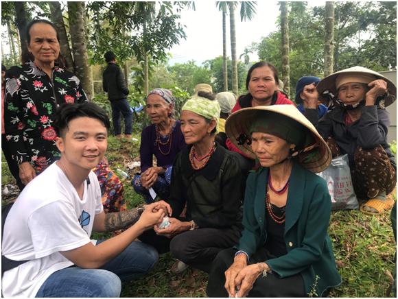 """Nhóm thiện nguyện """"Những cánh chim không mỏi"""" trao 850 phần quà cho bà con tỉnh Quảng Ngãi"""