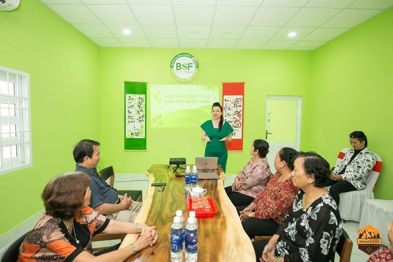 Bà Lê Thị Tường Vy - Giám đốc Kinh doanh Công ty CP BSF Smart Farm giới thiệu mô hình nuôi ruồi lính đen cho bà con nông dân tại Hội thảo