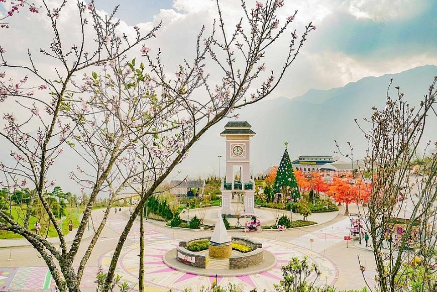 """Bên cạnh thiên đường hoa đào như cổ tích, khu du lịch trên đỉnh Fansipan cũng gây ấn tượng với nhiều góc check-in độc, lạ, mới mẻ, đậm sắc xuân, trong đó có """"con đường thổ cẩm Tây Bắc"""" rực rỡ mang hoạ tiết đặc trưng từ chân váy xoè thổ cẩm người Mông, người Dao cùng các hình vẽ trên trống đồng độc đáo."""