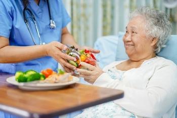 Người cao tuổi bị tăng huyết áp nên và không nên ăn gì?