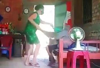 Bắt tạm giam con gái bạo hành mẹ già ở Long An