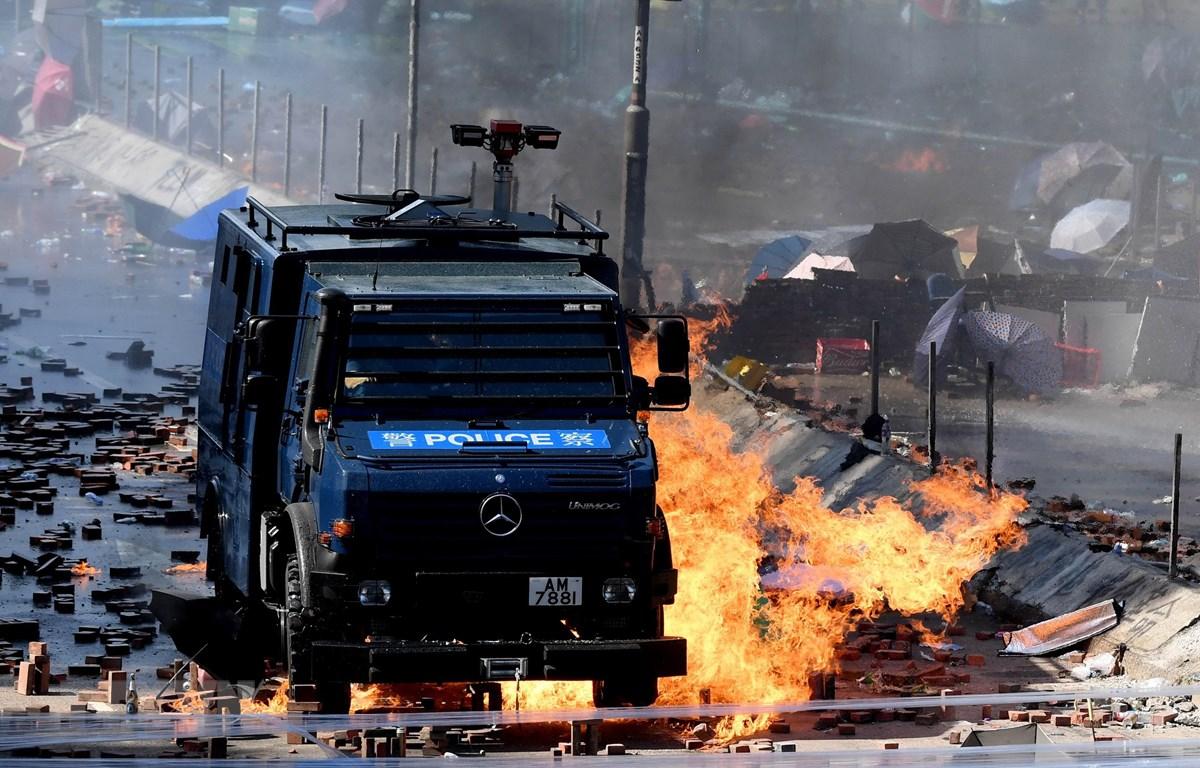Người biểu tình bạo loạn phóng hỏa xe của cảnh sát tại Hong Kong, Trung Quốc ngày 17/11/2019. (Ảnh: THX/TTXVN)