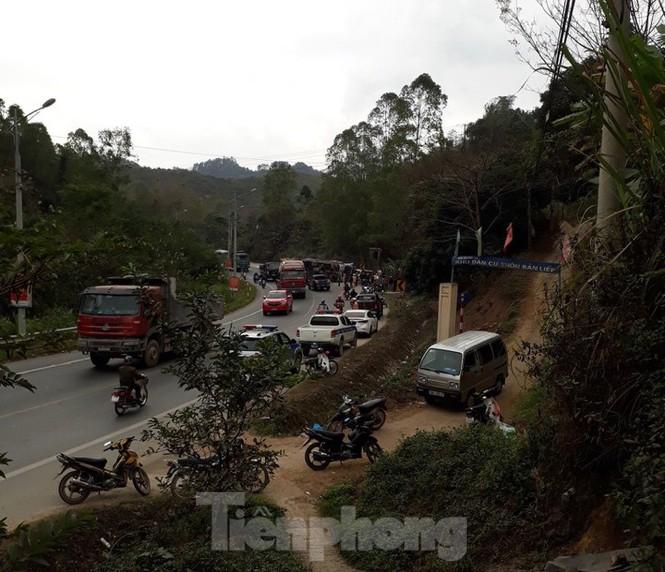 Xe container nổ lốp đâm xe chở khách, 7 người thương nặng - ảnh 3