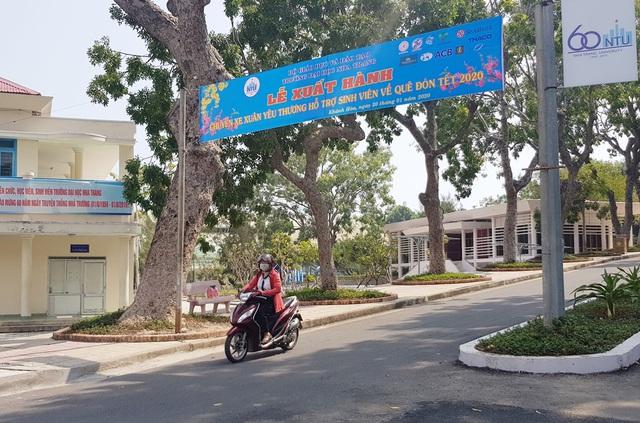 """Trường ĐH Nha Trang đưa 400 sinh viên về quê ăn Tết bằng """"chuyến xe 0 đồng"""" - 1"""