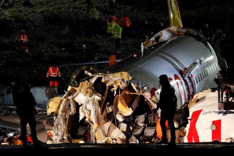 Thân máy bay bị vỡ làm 3 phần. Ảnh: Reuters.