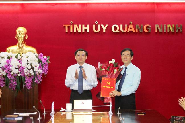 Bí thư Tỉnh ủy, Chủ tịch HĐND tỉnh Quảng Ninh Nguyễn Xuân Ký trao quyết định và chúc mừng đồng chí Vũ Quyết Tiến.