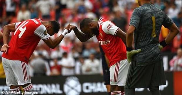 Lacazette và Aubameyang cùng ghi bàn cho Arsenal.