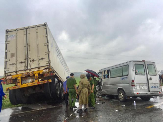 Quảng Ngãi: Tai nạn thảm khốc, 13 người thương vong - ảnh 1