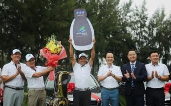 Chủ tịch Tập đoàn FLC – ông Trịnh Văn Quyết trao giải thưởng HIO 10 tỷ đồng cho golfer Trần Huy Cương