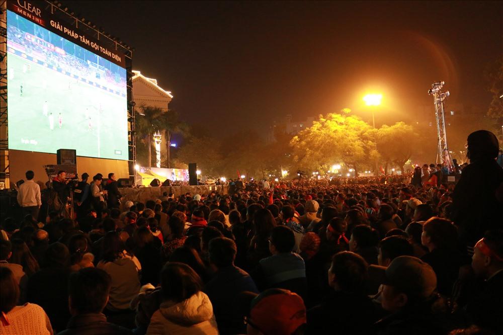 Hàng nghìn người dân Thủ đô có mặt tại khu vực Nhà hát lớn (quận Hoàn Kiếm, Hà Nội) để hòa chung không khí chiến thắng