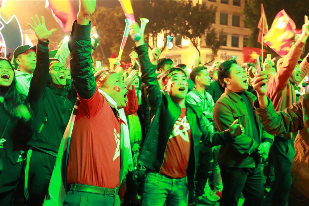 Mọi người hò hét, vui sướng khi U22 Việt Nam vô địch SEA Games 30 môn bóng đá nam
