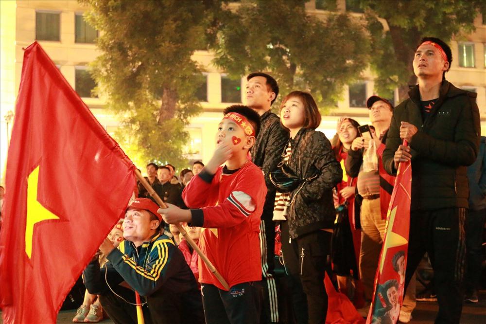 Nhiều trẻ em cũng hòa chung không khí chiến thắng của U22 Việt Nam.