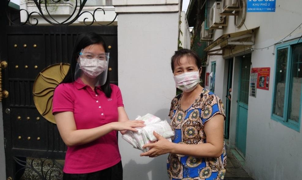 Trao tặng 280kg gạo và 3.000 khẩu trang y tế cho người cao tuổi trong khu phong tỏa