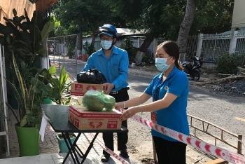 Tiền Giang: Công đoàn giáo dục tặng 200 phần quà cho giáo viên và học sinh ở khu phong tỏa, vùng cách ly