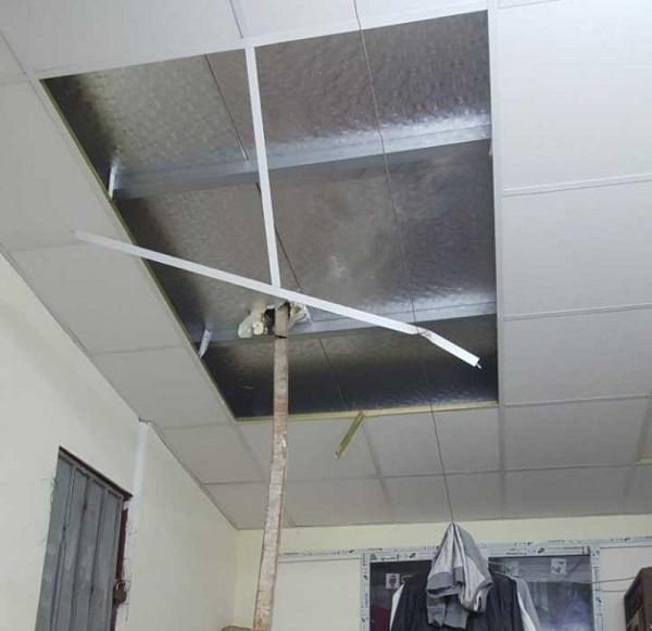 Bất cẩn khi thi công dự án 93 Láng Hạ của Vinaconex, thanh sắt rơi đâm thủng mái nhà dân