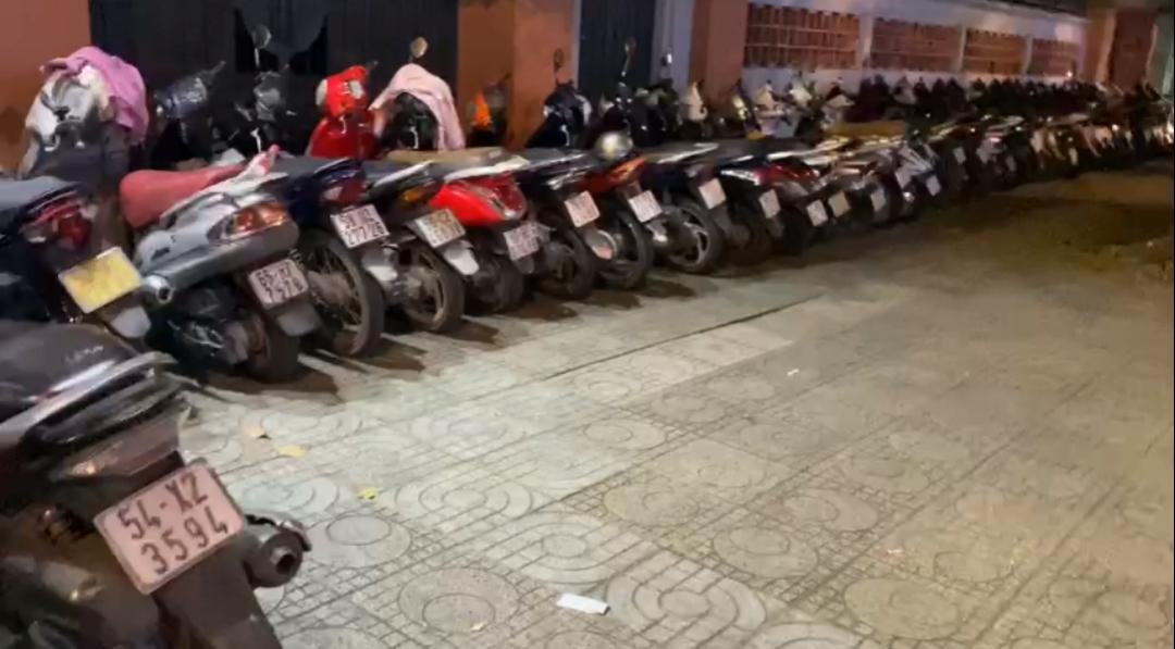 Quận 10, TP.Hồ Chí Minh: Thu phí giá cao trên lòng lề đường công cộng?