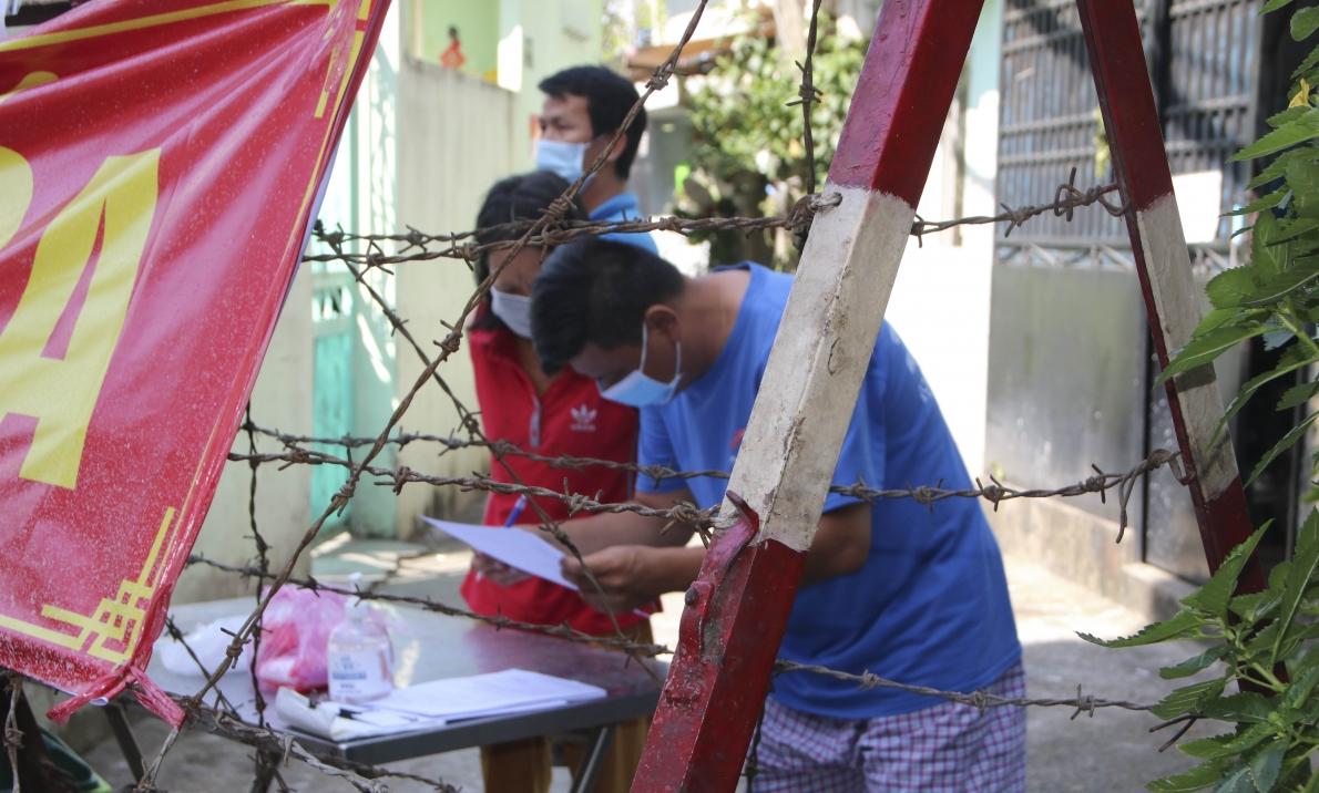 Cận cảnh người dân trong khu vực phong toả tại quận 6, TP.Hồ Chí Minh